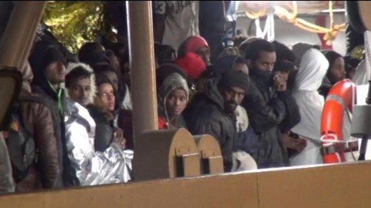 Sbarco notturno di 1169 migranti a Palermo, 450 accolti in tre centri della Caritas